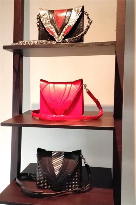 4e793e782a 4/13 Alle sfilate con Huawei - Day 3. Elena Ghisellini reinterpreta le sue  borse simbolo con colori evergreen: rosso, bianco, cuoio e nero. Un must.