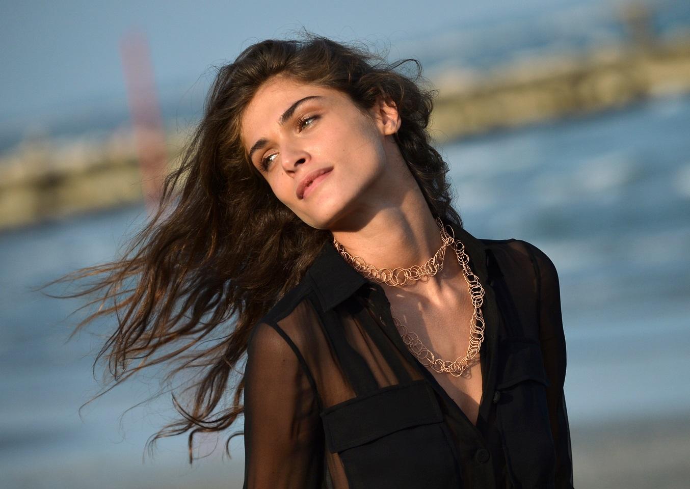 Elisa Sednaoui, gli hair look di una madrina a Venezia ...