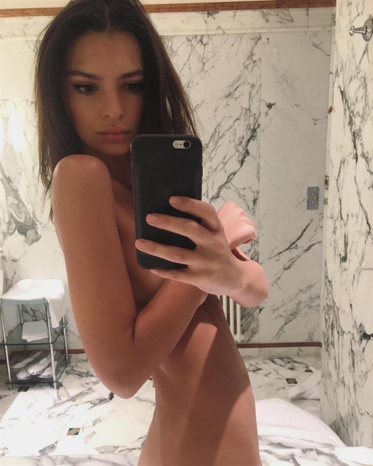 Emily Ratajkowski festeggia i suoi 25 anni in bikiniCOMMENTA