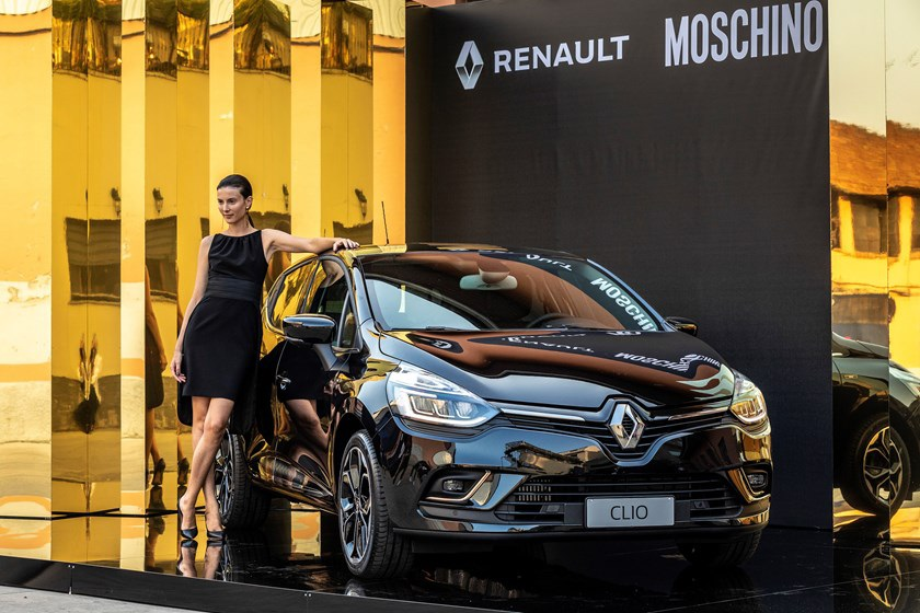 La CLIO MOSCHINO by Jeremy Scott è lauto black gold raffinata ma pop che vedremo sulle strade photo