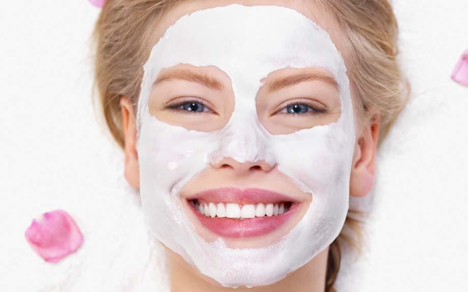 Affronti la cura di una maschera da fragola