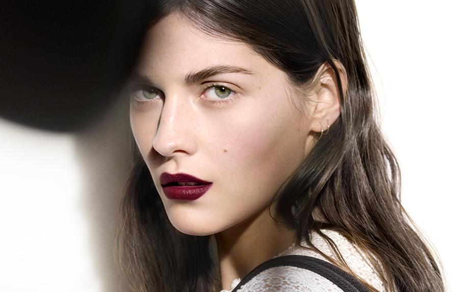 Come realizzare un look con il rossetto scuro