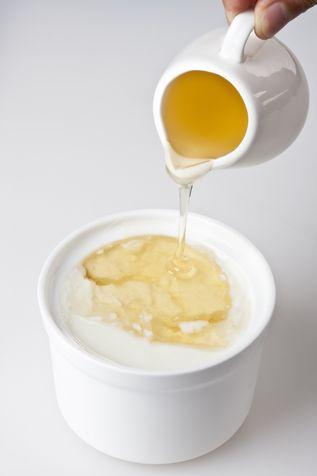 Fai-da-te-maschera-per-capelli-miele-e-latte_su_vertical_dyn