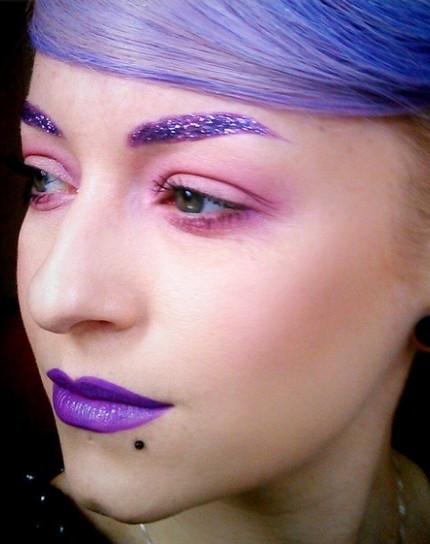 sopracciglia-glitterate-viola