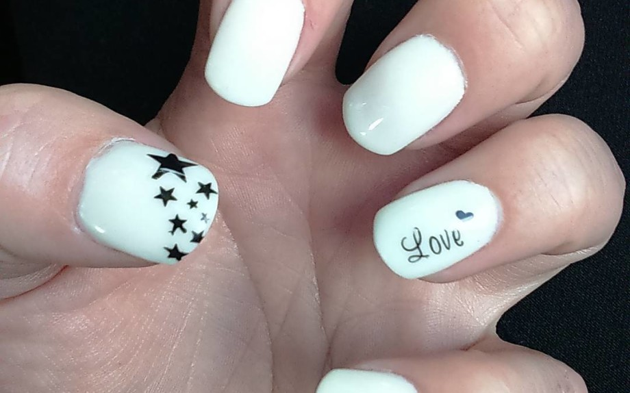 White-Acrylic-Nails-With-Stars-Design
