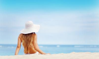 Con l'arrivo dell'estate i capelli risultano spesso spenti e sfibrati: scopri come proteggerli e renderli più forti anche sotto l'ombrellone
