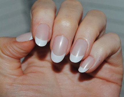 nail-art-french-classico-unghie-a-mandorla