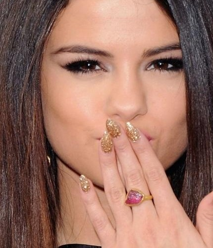 Selena Gomez unghie a mandorla