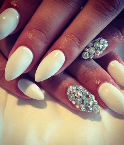 Unghie-a-mandorla-da-sposa-colore-bianco-con-pietre