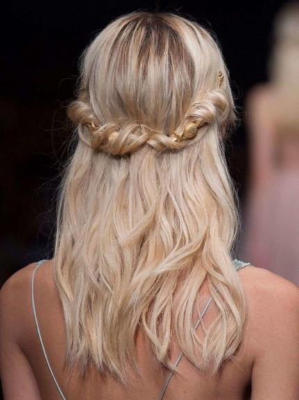 capelli-semiraccolti-con-torchon-per-valentino