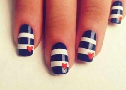 nail-art-a-righe-bianche-e-blu