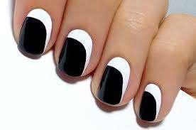 1-nail-art-bianca-e-nera-con-lunetta