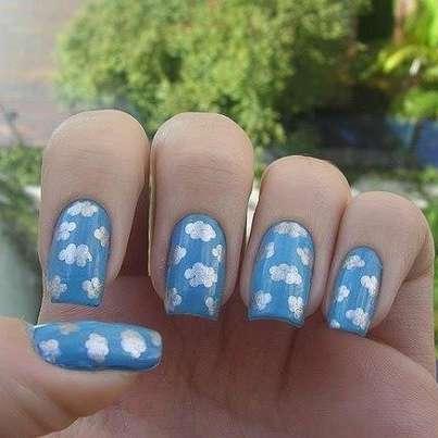 unghie-azzurre-con-cielo-e-nuvole