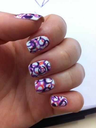 nail-art-bianca-con-cerchi-colorati