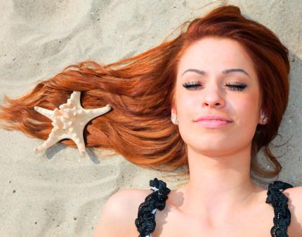 donna_spiaggia_capelli