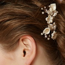 Sposa glamour con un fermaglio tra i capelli