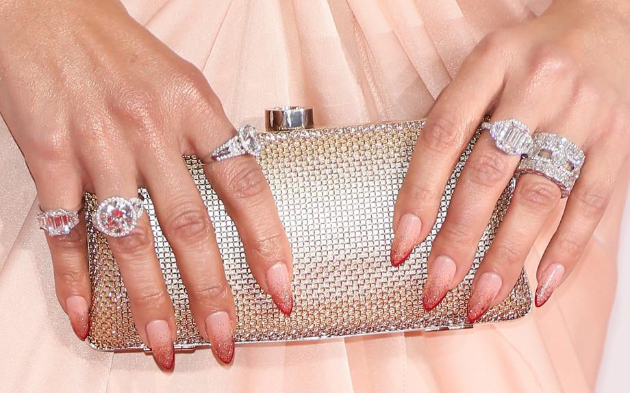Come trattare unghie di curva delle dita di mani