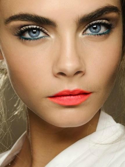 Makeup per occhi chiari per la vigilia di Natale
