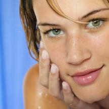 Pelle perfetta: cinque benefici della detersione mattutina
