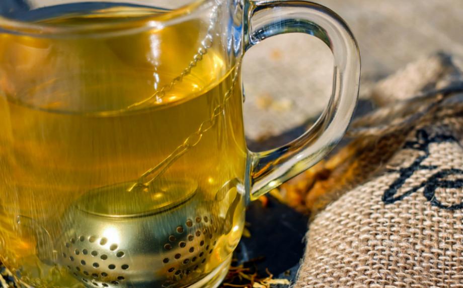 Tutti i benefici del tè verde, una bevanda ricca di virtù