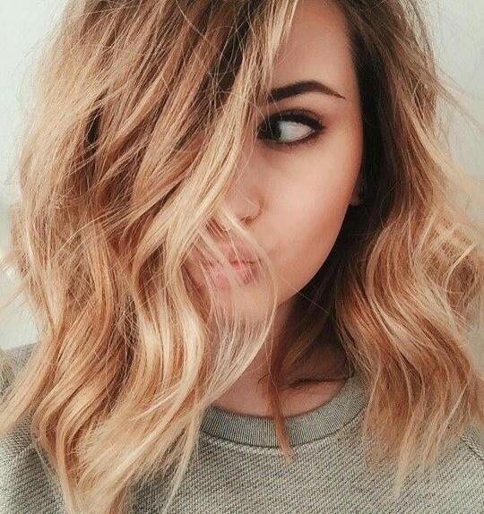 Colori capelli primavera estate 2017  il balayage è una pratica di  schiaritura che comporta anche la decolazione per i biondi più scuri (o  castani molto ... ad7152f967d1