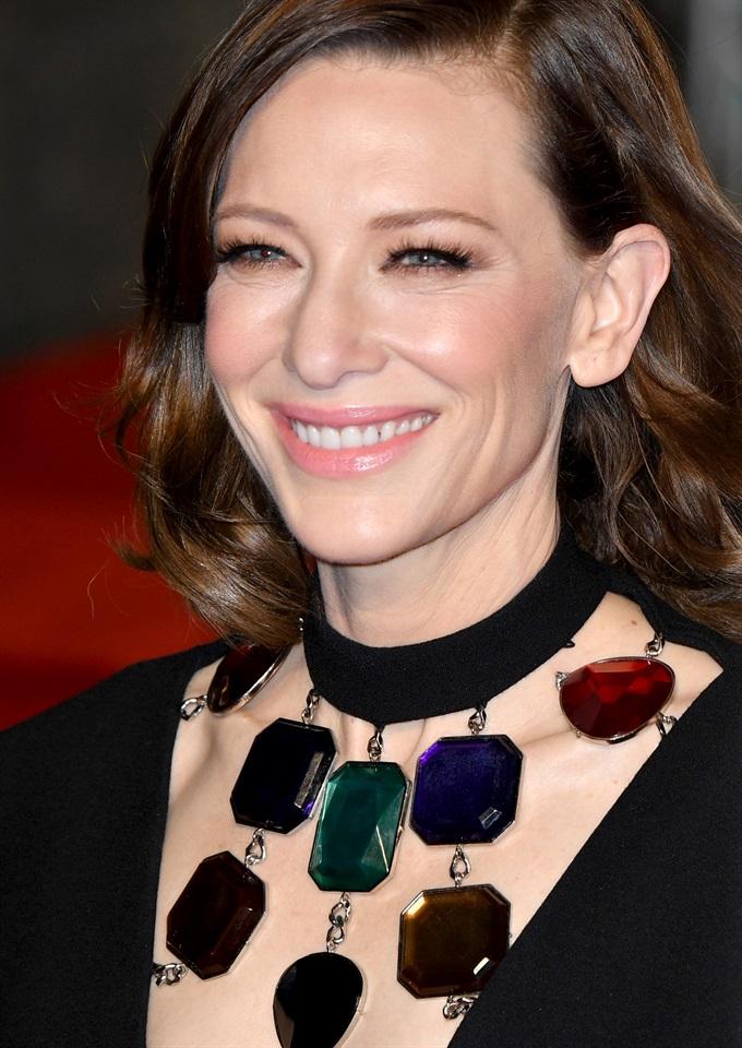 Il clan delle cinquantenni di Hollywood è sempre più cool e il collarbone  cut non è più il taglio di Bella Hadid 3f4a7bc2e9a5
