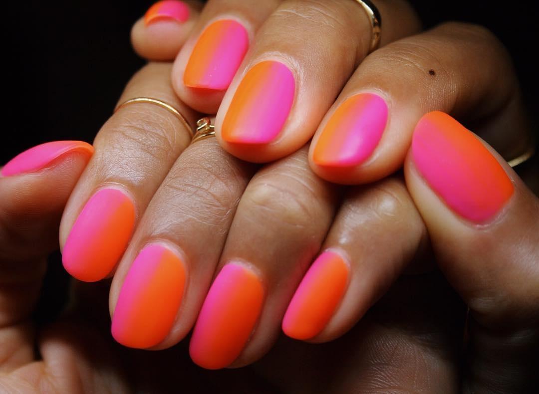 Detta anche gradient manicure nel caso in cui le diverse sfumature vengono  usate in gradazione dalla più chiara alla più scura o viceversa, o  mismatched
