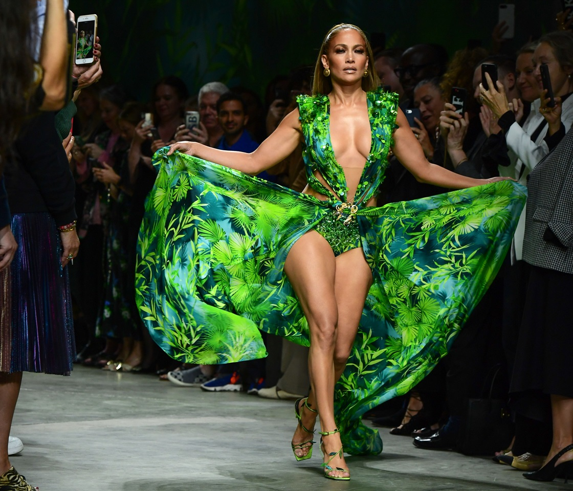 negozio online 3ef84 d70ea Jennifer Lopez con l'iconico Jungle Dress da Versace ...