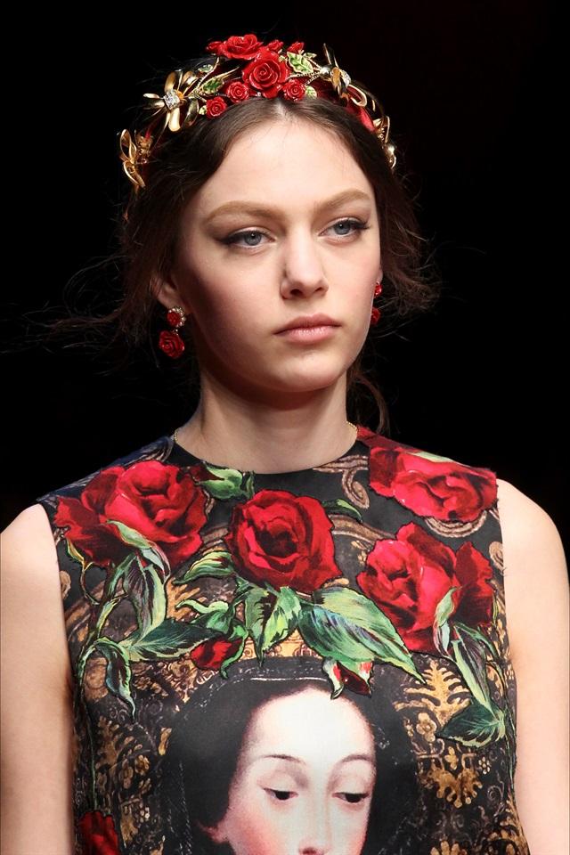CERCHIETTI E FASCE Dolce   Gabbana ha proposto una versione deluxe del  semplice cerchietto con un doppio filo 59bfe412e56