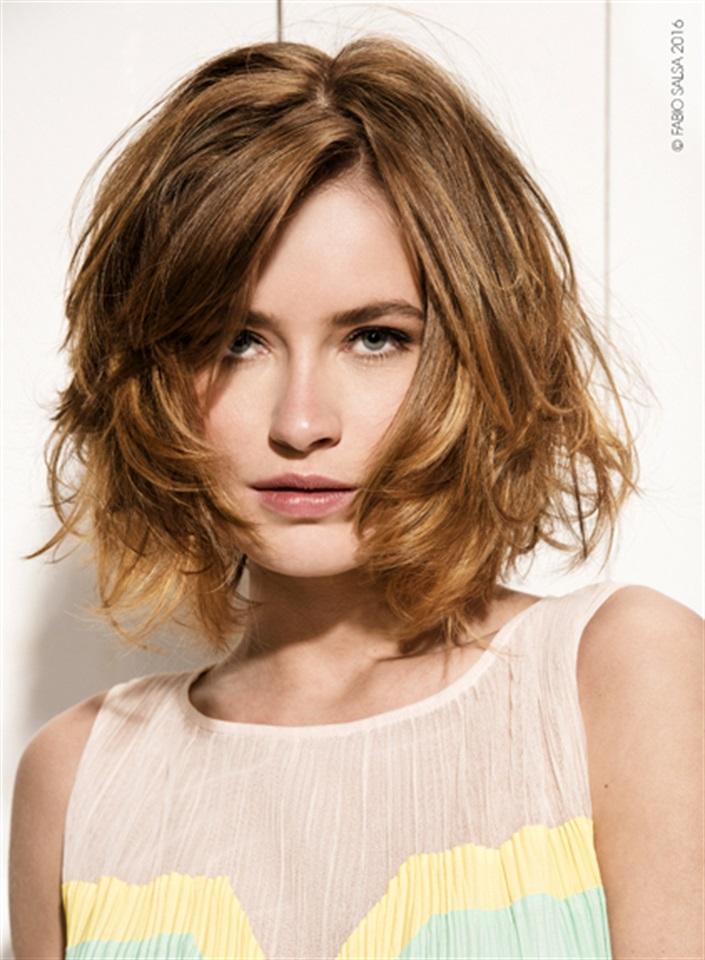 Tagli di capelli medi scalati lisci