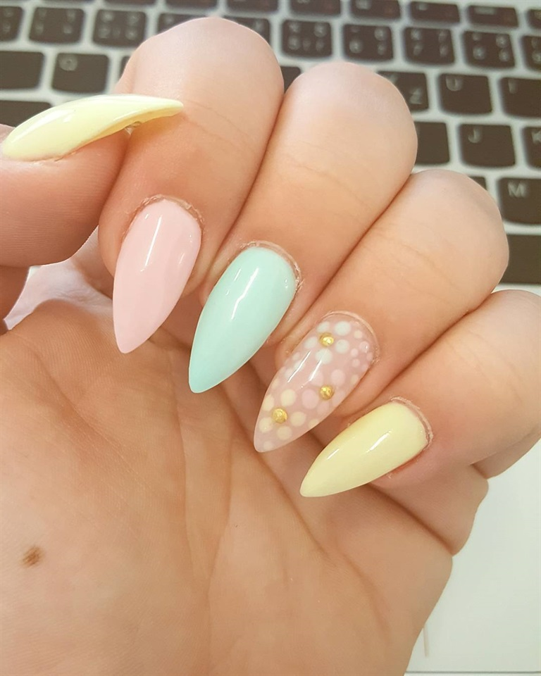 Le sfumature pastello sono le favorite in primavera. Si posano su occhi,  labbra e guance, ma sono le più gettonate soprattutto sulle unghie.
