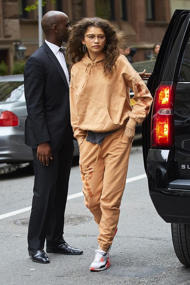 Uscire in tuta o con un paio di leggings in lycra e una maglia oversize è  sempre stato un po  il tabù di tutte le fashion victim. Problema che da  qualche ... 130f9bf3262a