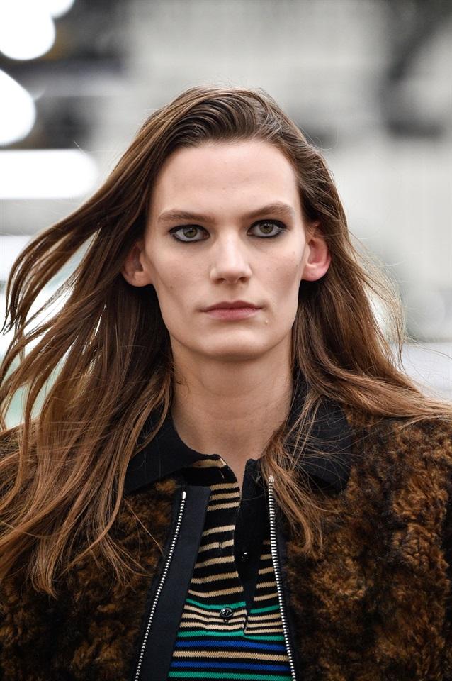 Da sempre i capelli lunghi sono espressione di femminilità e simbolo di  intrigante sensualità agli occhi di un uomo. Tagli realizzati ad hoc sui  capelli ... e113c7560e69