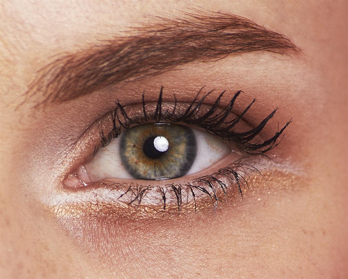 Come utilizzare i glitter per illuminare il viso glamour