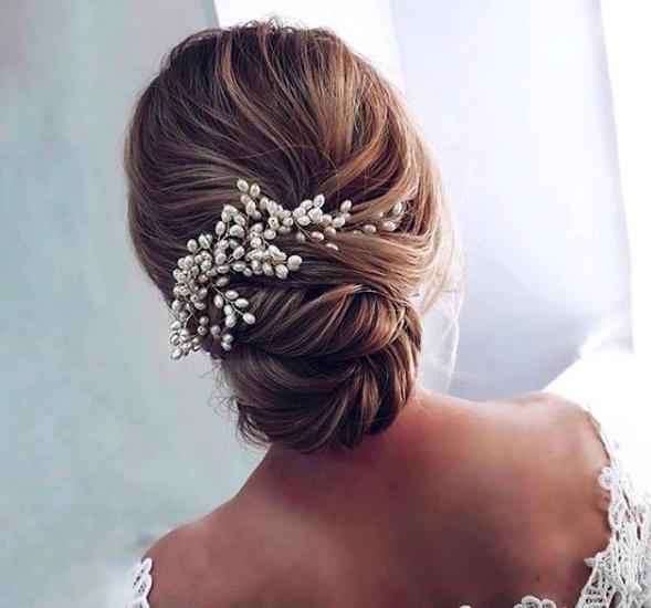 Di solito l abito è il segreto meglio custodito di una sposa e gli occhi  sono tutti puntati su di lui c77fa7c2d279