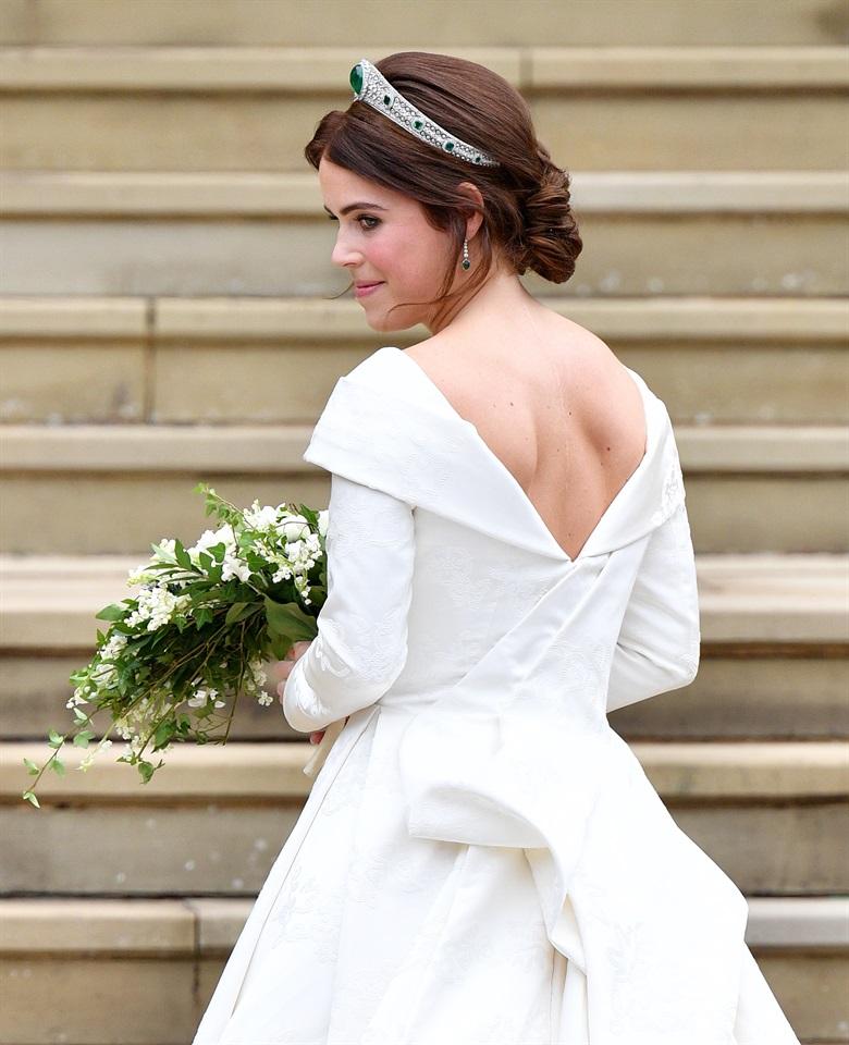 Di solito l abito è il segreto meglio custodito di una sposa e gli occhi  sono tutti puntati su di lui bf8473b26e8f