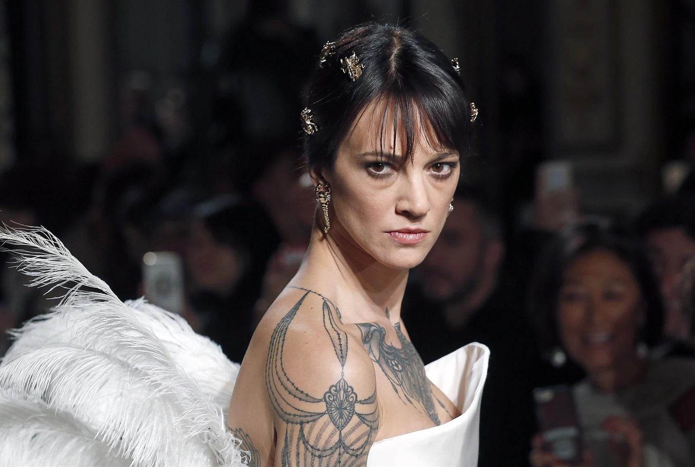 Asia Argento indossa un abito bianco dello stilista Antonio Grimaldi 3d20da723b82