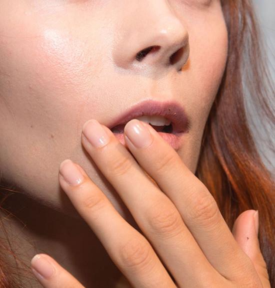 6a952_purple-eyes-nude-manicure-derek-lam-spring-2015