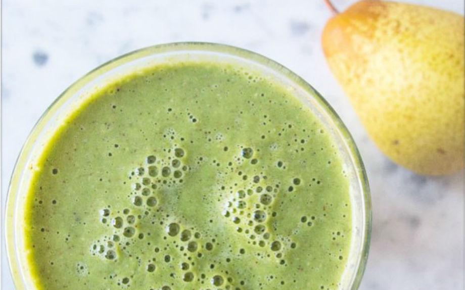 Un'idea sana e gustosa per colazione? La healthy blogger Ella Woodward suggerisce la centrifuga di pera e vaniglia