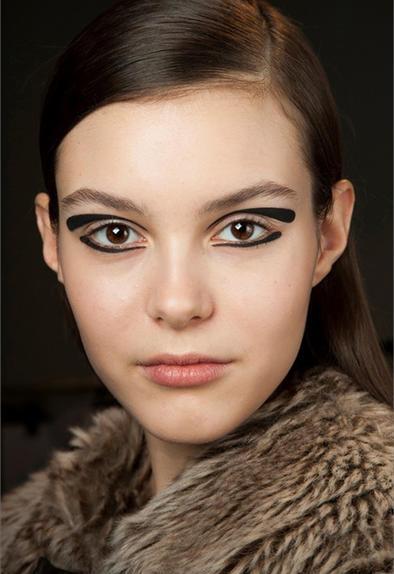 Eyeliner nero e tratti decisi (Glamour)