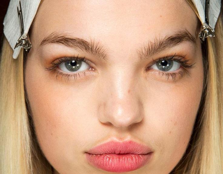 Sopracciglia folte e naturali Makeup tendenze