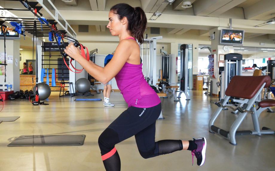 glamour-vicenzafitness-allenamento-funzionale-alessia-canella-reebok-pump-top-incrociato-fit-shoes-affondi