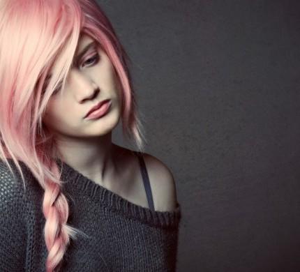 capelli-rosa-con-treccia-morbida-laterale