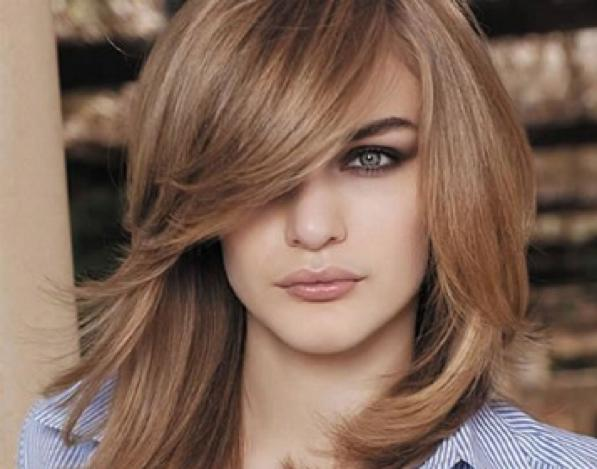Tagli capelli lunghi ciuffo frangia