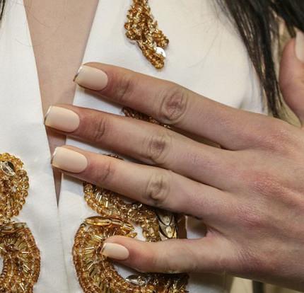 Nail-art-nude-2017-autunno-inverno-con-french-sottile-colore-oro