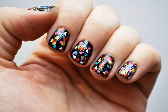 La-manicure-di-Carnevale-coriandoli-e-colori-sulle-unghie-