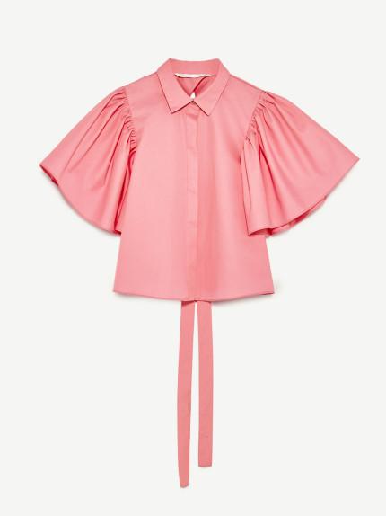 Zara sceglie un rosa intenso per una camicia che non passerà sicuramente inosservata.