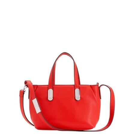 Un irrinunciabile borsa color rosso fragola. Carpisa.
