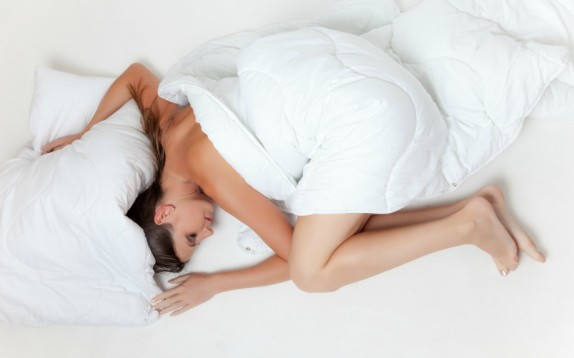 Come riuscire a dormire bene nelle notti più calde