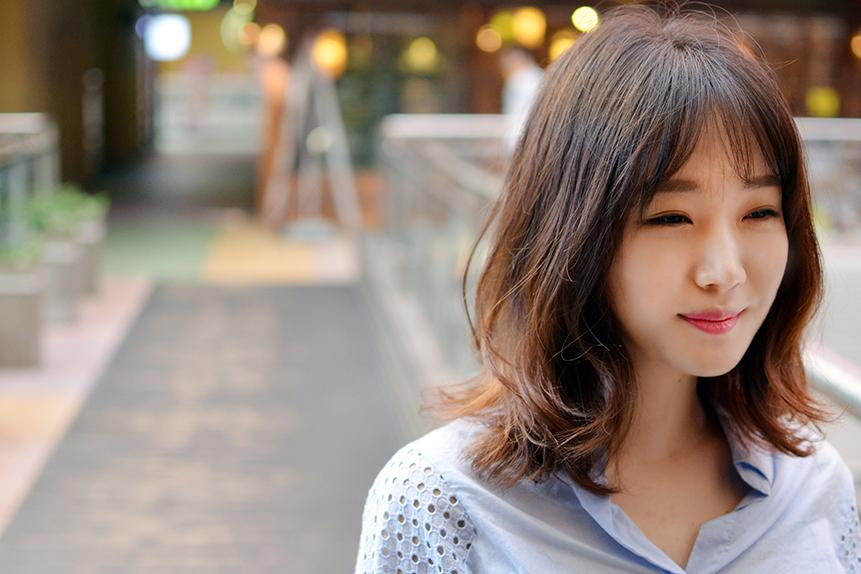 ragazza coreana con camicia azzurra